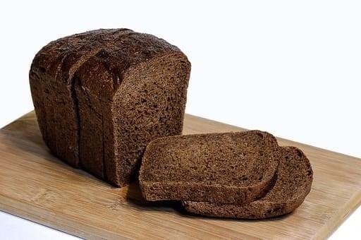 roggebrood op plank